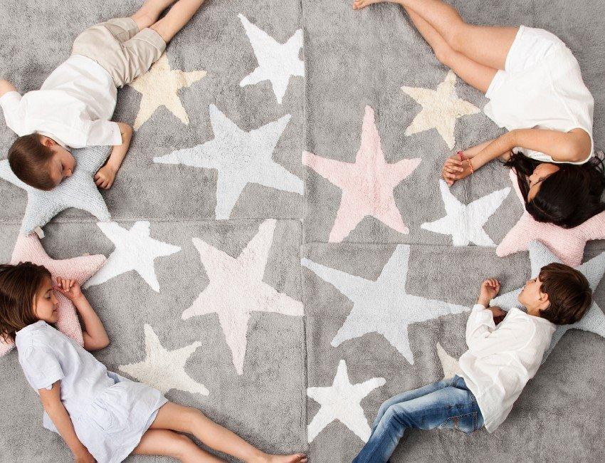 tres estrellas niño en suelo